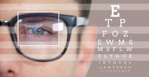 mężczyzna z oko ostrości pudełka szczegółem nad szkłami, liniami i oko próbnym interfejsem Zdjęcia Stock