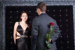 Mężczyzna z Opowiada jego dziewczyna Wzrastał Za jego plecy Zdjęcie Stock