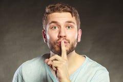 Mężczyzna z palcem na wargach pokazuje cisza gest zdjęcia stock