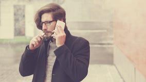 Mężczyzna z papierosem i telefonem komórkowym Zdjęcie Stock