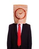 Mężczyzna z papierową torbą na kierowniczej zegarowej tarczy na nim Fotografia Stock