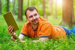 Mężczyzna z pastylką w parku Fotografia Stock