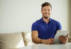 Mężczyzna z pastylka komputerem osobistym w domu Zdjęcia Royalty Free