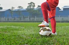 Mężczyzna z piłką przy polem Zdjęcia Royalty Free
