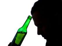 Mężczyzna z piwną butelką obraz royalty free