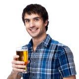 Mężczyzna z piwnym szkłem odizolowywającym na bielu Obraz Stock