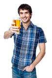 Mężczyzna z piwnym szkłem odizolowywającym na bielu Zdjęcia Royalty Free