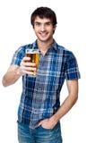 Mężczyzna z piwnym szkłem odizolowywającym na bielu Obrazy Stock