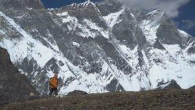 Mężczyzna z plecak wspinaczką halny skłon w himalajach zbiory wideo