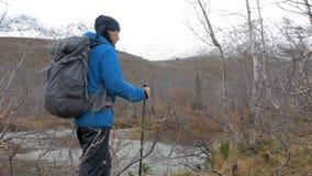 Mężczyzna z plecaka spojrzeniami przy górami Zanim on jest pięknym krajobrazem Aktywny życie, podróż i przygoda, zbiory