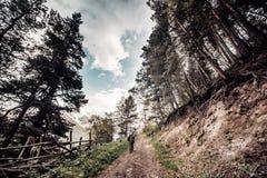 mężczyzna z plecakiem w kamuflażu wzrasta wierzchołek góra Zdjęcia Royalty Free