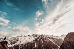 mężczyzna z plecakiem w kamuflażu wzrasta wierzchołek góra Zdjęcia Stock