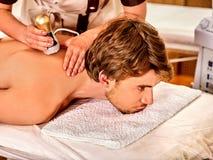 Mężczyzna z powrotem masażu piękna salon Elektryczna pobudzenie mężczyzna skóry opieka fotografia stock