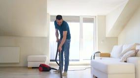 Mężczyzna z próżniowym cleaner w domu zbiory
