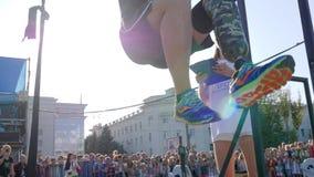 Mężczyzna z protetycznym nóg podwyżek ciężarem obok dziewczyna sędziego na rywalizacjach w na wolnym powietrzu i zbiory wideo