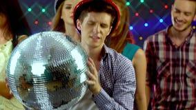 Mężczyzna z przyjaciółmi tanczy w klubie nocnym 4K zdjęcie wideo