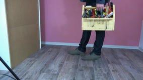 Mężczyzna z pudełkiem narzędzia przychodził robić naprawie zbiory