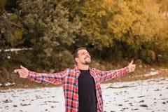 Mężczyzna z rękami otwiera w naturze Czuć wolność fotografia stock