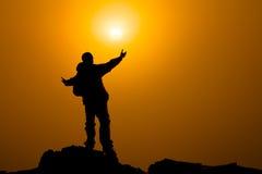 Mężczyzna z rękami przedłużyć w kierunku nieba przy wschodu słońca, sukcesu lub modlitwy pojęciem, Fotografia Stock