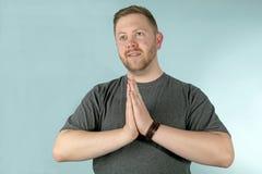 Mężczyzna z rękami wpólnie w modlitwie zdjęcie stock