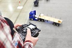 Mężczyzna z radiowym pilot do tv i ciężarowym modelem Zdjęcia Royalty Free