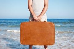 Mężczyzna z rocznik walizką obraz royalty free