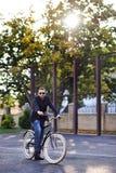 Mężczyzna z rowerem Zdjęcia Royalty Free