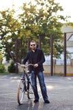 Mężczyzna z rowerem Obrazy Royalty Free