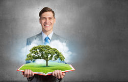 Mężczyzna z rozpieczętowaną książką Zdjęcie Stock
