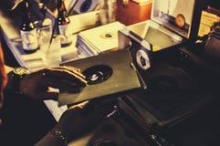 Mężczyzna z 45 rpm rejestrem w jego ręce Zdjęcia Royalty Free