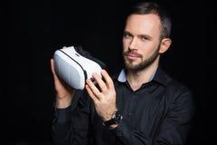 Mężczyzna z rzeczywistości wirtualnej słuchawki Zdjęcia Stock