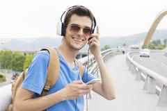 Mężczyzna z słuchawki i telefonem w ulicie zdjęcia royalty free
