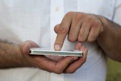 Mężczyzna z smartphone zdjęcie royalty free