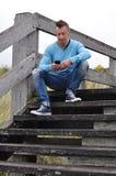 Mężczyzna z smartphone Obrazy Royalty Free