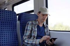 Mężczyzna z smartphone w pociągu Zdjęcie Royalty Free