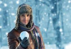 Mężczyzna z snowball Zdjęcia Stock