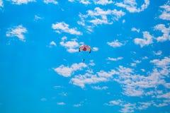 Mężczyzna z spadochronem w błękicie Kemer Turcja, Lipiec - 30, 2018 - fotografia stock