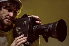 Mężczyzna z starą ekranową film kamerą. Strzelać film Obrazy Stock