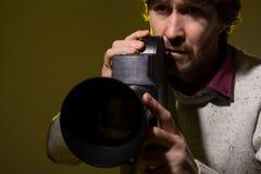 Mężczyzna z starą film kamerą. Fotografia Stock