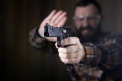 Mężczyzna z stawiającymi dalej ochronnymi gogle i uszaty szkolenie w pistoletowy sh Fotografia Royalty Free