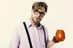 Mężczyzna z szczecina i ciekawą twarzą jest ubranym bokserskie rękawiczki Słaby facet przygotowywający uderzać pięścią Głupek z s obraz stock