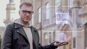 Mężczyzna z szkłami pokazuje konceptualnego hologram przyczepy dom zbiory wideo