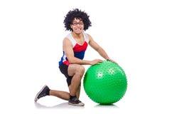 Mężczyzna z szwajcarską piłką robi ćwiczeniom Zdjęcia Stock