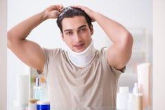 Mężczyzna z szyja brasem po whiplash urazu obrazy stock