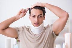 Mężczyzna z szyja brasem po whiplash urazu obraz royalty free