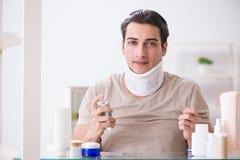 Mężczyzna z szyja brasem po whiplash urazu zdjęcie stock