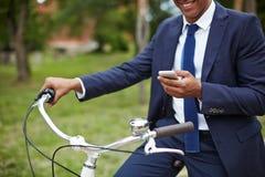 Mężczyzna z telefonem komórkowym i bicyklem Obrazy Stock