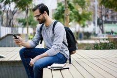 Mężczyzna z telefonem komórkowym robi online zakupy na sieć sklepie płaci na bankowości usługa Obrazy Stock