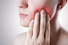 Mężczyzna z toothache Ból w ciele ludzkim zdjęcie stock