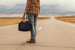 Mężczyzna z torbą w ręki odprowadzenia puszku halna droga Zdjęcia Royalty Free